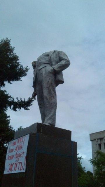 """""""Ночь павших вождей"""": на Херсонщине за ночь повалили три памятника Ленину, один уже вернули на место"""