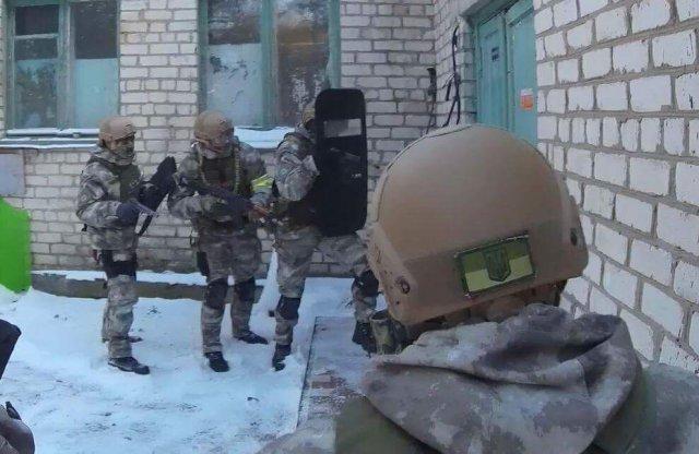 На Херсонщине полицейские отработали действия по освобождению заложников и задержанию вооруженных преступников