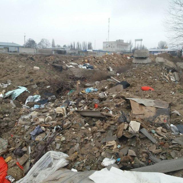 Очередная угроза экологии: в Олешках образовалась громадная мусорная свалка