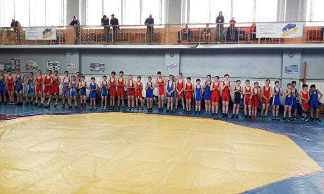 В Новой Каховке проходит чемпионат области по вольной борьбе среди юношей и девушек