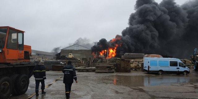 У Новій Каховці пожежу на складі гасили кілька годин