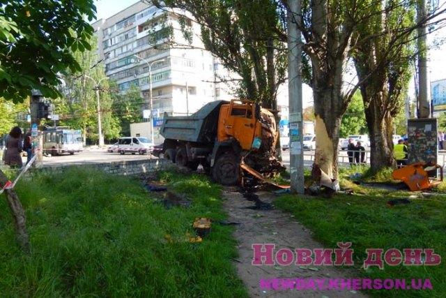 ДТП у Херсоні: водій КамАЗа в реанімації (фото)