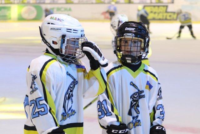 В Херсоне звезды украинского хоккея расписались на шлемах юных хоккеистов