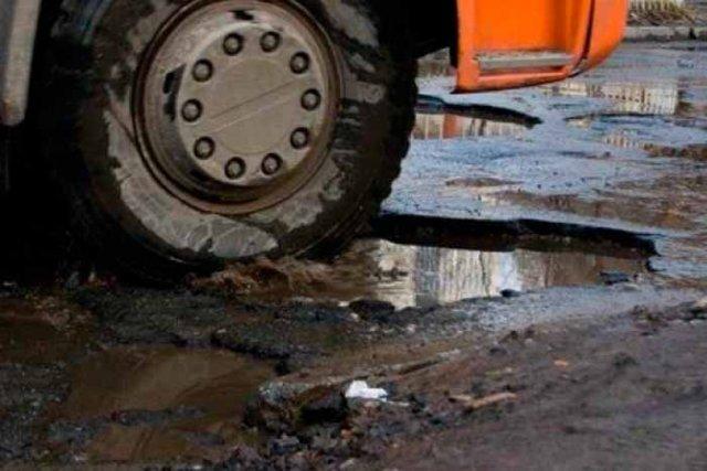 Грузовики разрушили дорогу через Коробки