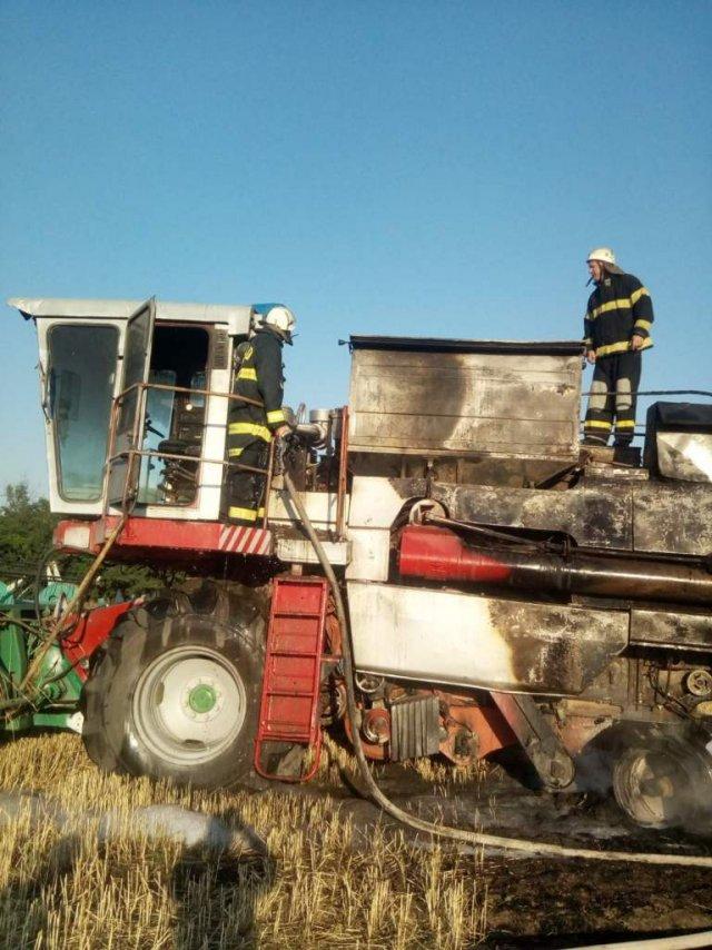 В Херсонской области прямо на поле загорелся комбайн
