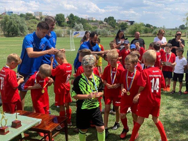 Юных футболистов Херсона наградил благотворительный фонд