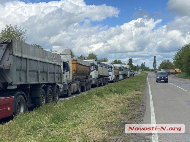 В Николаевской области сотни фур перекрыли трассу: протестуют против взвешивания